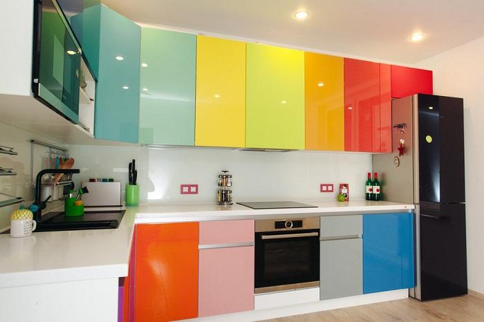 Разноцветный гарнитур вышел из моды. / Фото: idealkuhnya.ru