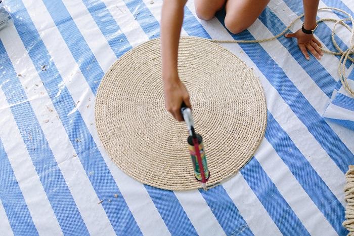 Для создания коврика понадобится только веревка и клеевой пистолет. / Фото: arhkino.ru