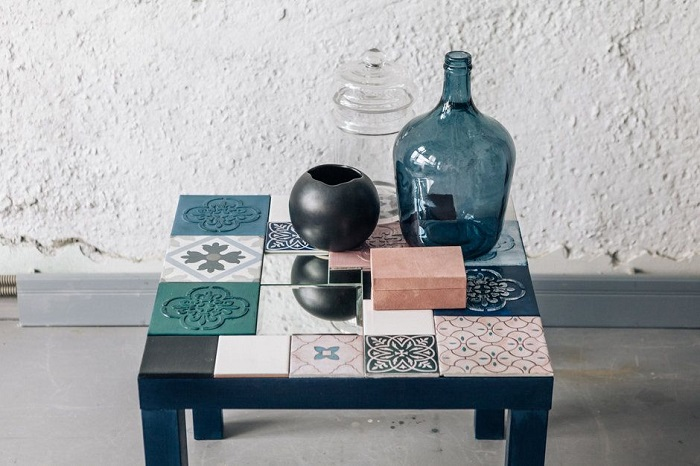 Украшенная плиткой столешница выглядит необычно. / Фото: etsy.com