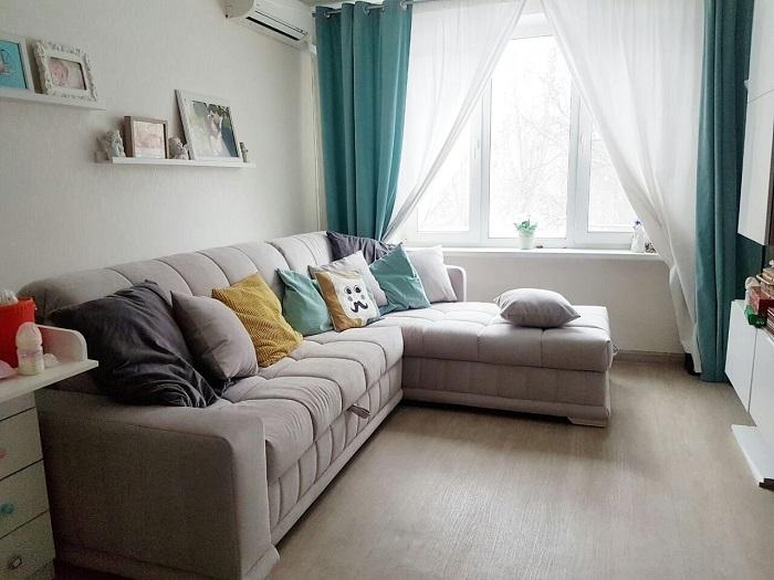 Подушки не дают комфортно разместится на диване. / Фото: comfortoria.ru