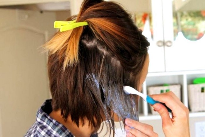 Девушки с короткой стрижкой могут красить волосы зубной щеткой. / Фото: interesnosti.mediasole.ru