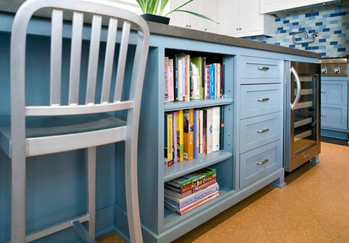 Для книг подойдет свободное пространство под столом. / Фото: interiorizm.com