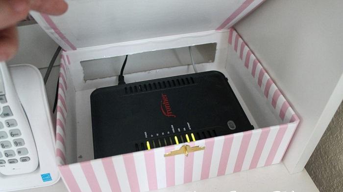 Отрезав заднюю стенку коробки, можно прятать в ней роутер. / Фото: interiorsmall.ru