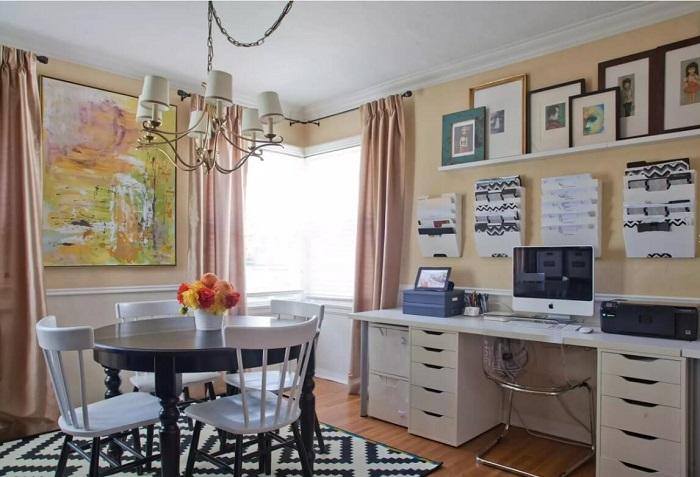 Домашний офис в столовой, рядом с обеденной зоной. / Фото: interiorsroom.ru