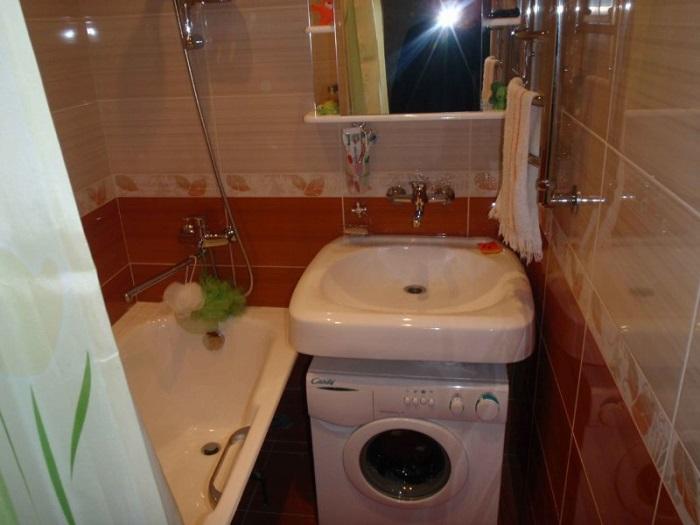 В ванной должно быть несколько светильников. / Фото: interra-forum.ru