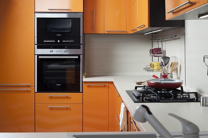 Встраиваемая техника на кухне экономит место. / Фото: interyerdizayn.ru