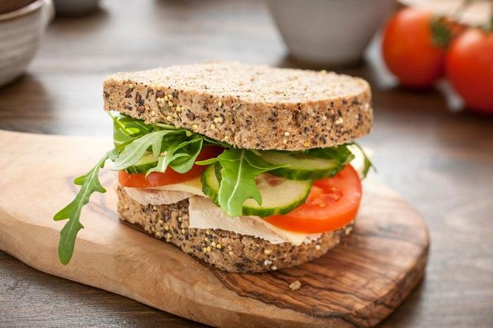 Полезный сэндвич с овощами и курицей. / Фото: itusha.ru