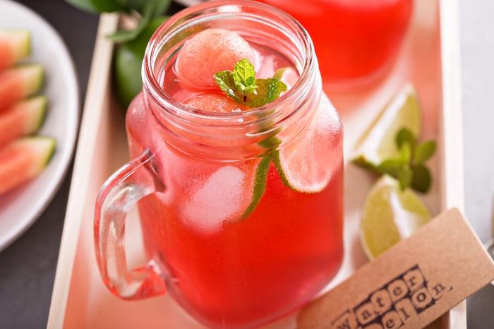 Освежающий напиток с клубникой и базиликом. / Фото: ivona.bigmir.net