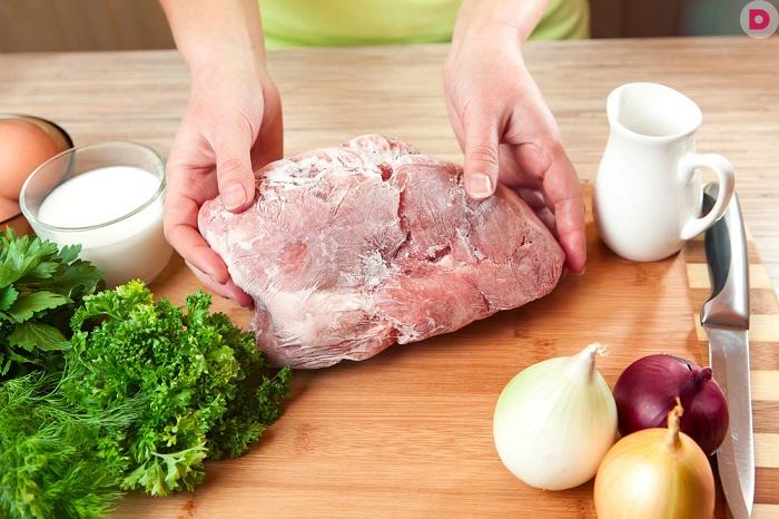 Мясо должен полежать при комнатной температуре, а потом уже жариться. / Фото: ja-rukodelnica.ru