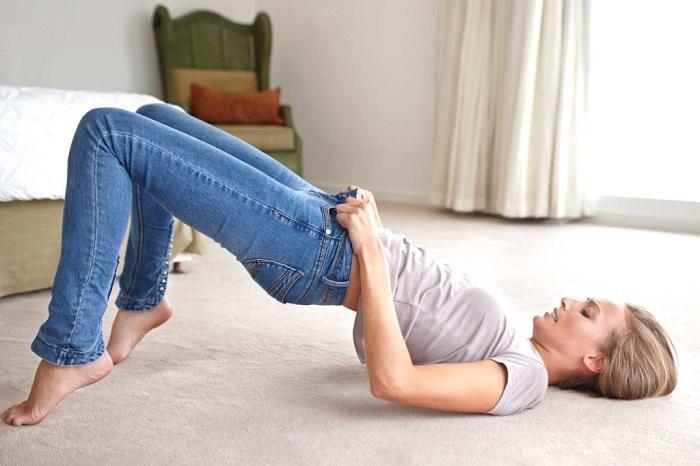 Есть мнение, что лежа надевать джинсы проще. / Фото: freelancehack.ru