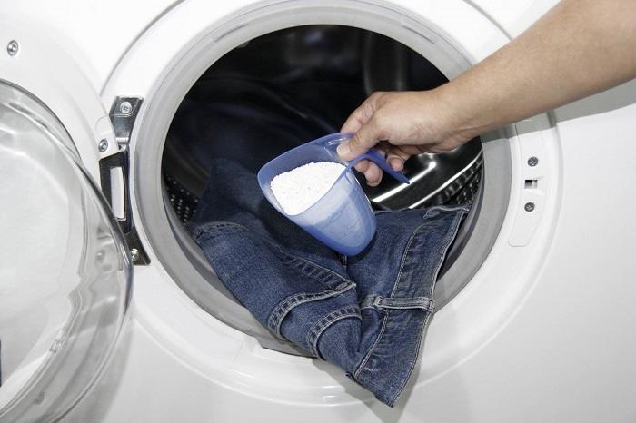 Перед тем, как положить джинсы в стиральную машинку, застегните молнию. / Фото: sdelai-lestnicu.ru