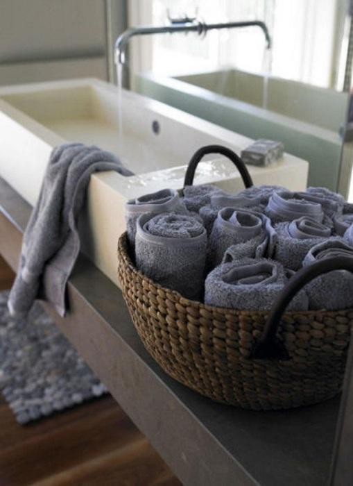 Скрученные трубочкой полотенца отлично смотрятся в корзине. / Фото: journal.homemania.ru