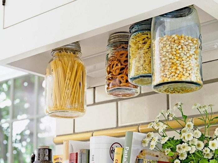 В подвесных контейнерах можно хранить не только крупы, но и макароны. / Фото: justdoits.guru