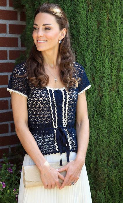 Кейт в кружевной блузе, топе и плиссированной юбке.