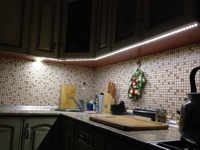 Подсветка повышает комфорт во время приготовления пищи. / Фото: kabanchik.ua