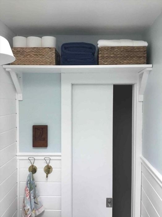 На полку над дверью можно поставить корзинки с бытовой химией. / Фото: kaiser36.ru