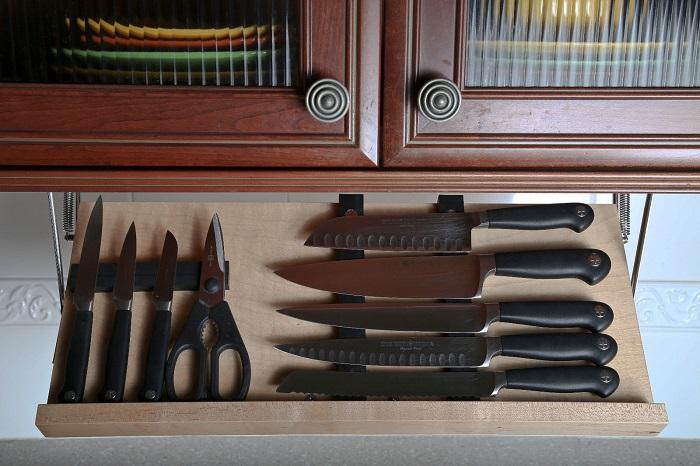 Хранение ножей на маленькой кухне. / Фото: openoblokah.ru