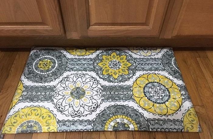 Для коврика понадобится тканевая душевая шторка