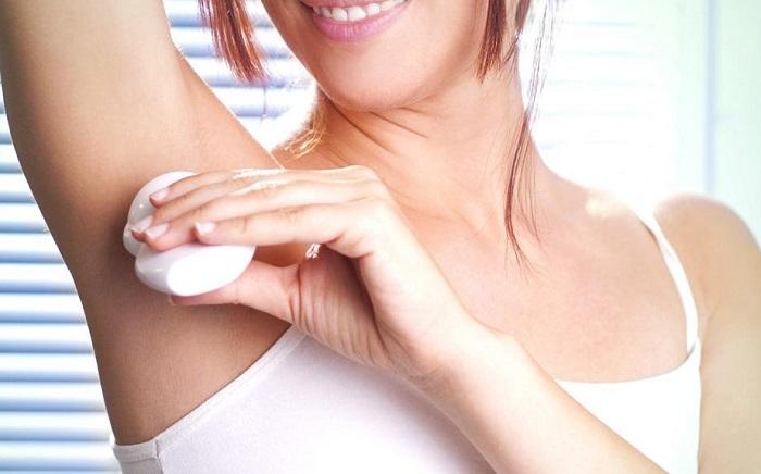 Дезодорант нельзя наносить на влажную кожу. / Фото: syl.ru