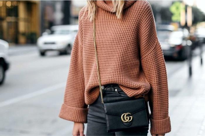В очень широком свитере вы будете выглядеть неопрятно. / Фото: kak-nazyvaetsya.ru