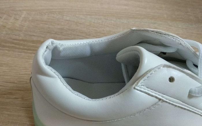 Нужно внимательно рассматривать швы на кроссовках. / Фото: irecommend.ru