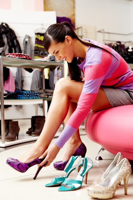 Нужно примерить несколько пар обуви перед покупкой. / Фото: wday.ru