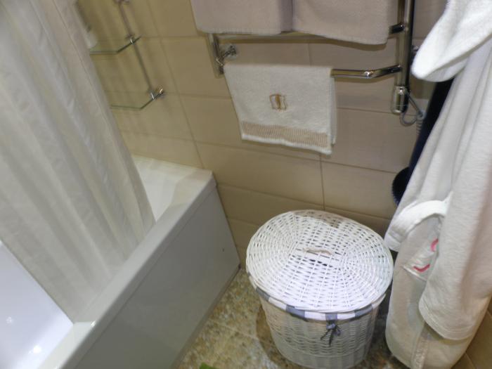 Плетеную корзину лучше чистить пылесосом. / Фото: ourcosyhome.ru