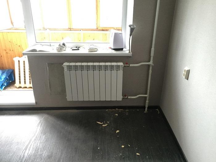 На белом радиаторе отопления хорошо заметна пыль. / Фото: mr-build.ru