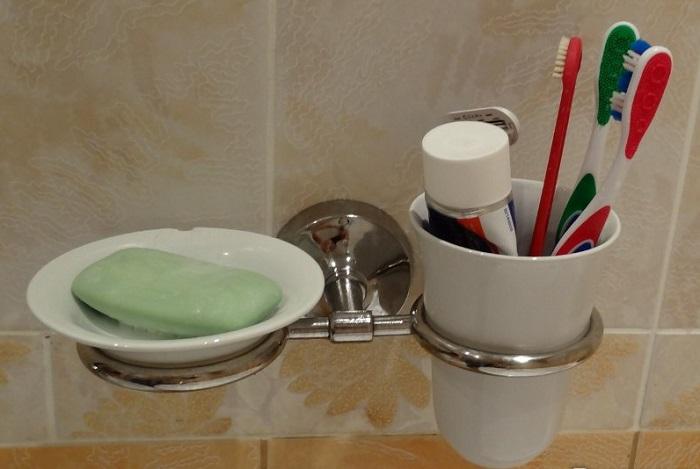 Стакан для зубных щеток - рассадник бактерий. / Фото: irecommend.ru