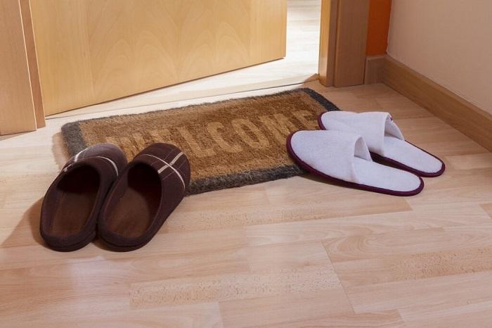 Домашние тапочки нужно дезинфицировать. / Фото: sueveriya.com
