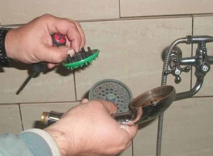 Разберите лейку, чтобы проверить причину засора. / Фото: sense-life.com