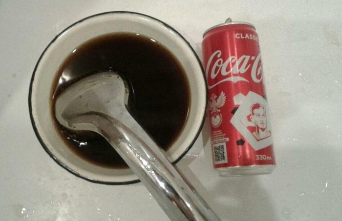 Положите лейку в емкость с кока-колой на полчаса. / Фото: kupisantehniky.ru