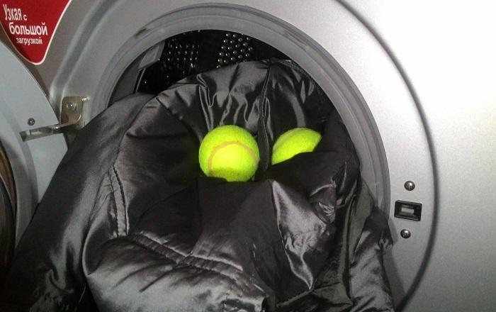 Пуховик можно стирать в машинке только вместе с теннисными шариками. / Фото: sovremennoedomovodstvo.ru
