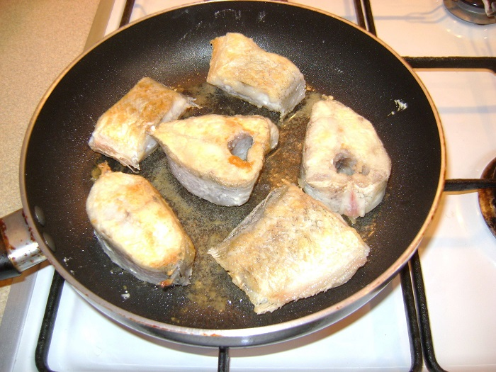 сковорода с антипригарным покрытием не подходит для обжарки рыбы. / Фото: fb.ru