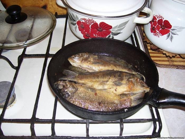 Если дно сковороды холодное, рыба будет не жариться, а тушиться. / Фото: eda-land.ru