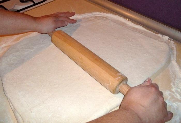 Тесто нужно раскатывать максимально тонко, так как в духовке оно поднимется. / Фото: vkusno-recept.ru