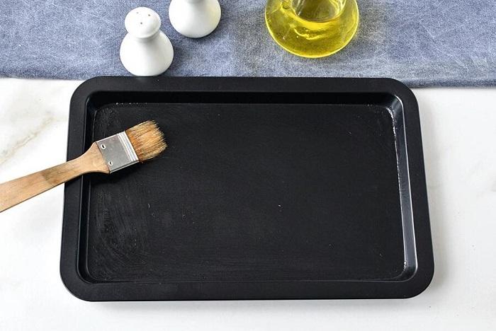 Смажьте противень оливковым маслом, чтобы корочка была хрустящей. / Фото: pro-kartoshku.ru