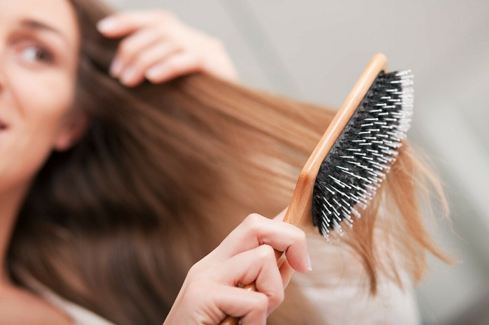 После каждой процедуры расчесывания, расческу нужно чистить от волос. / Фото: ggooro.ru