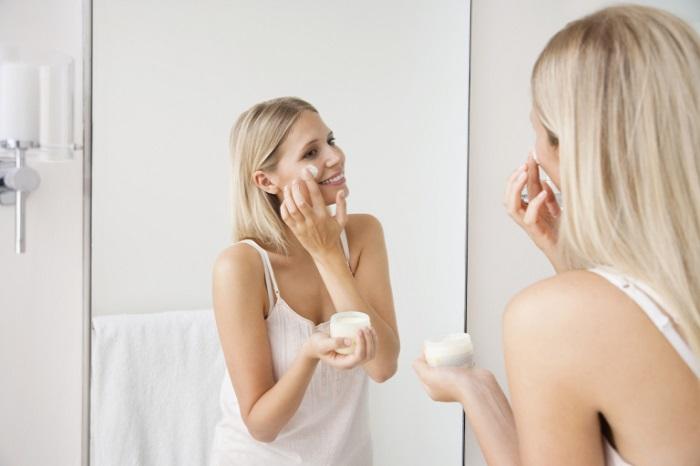 Нанесите крем, чтобы подготовить кожу к макияжу. / Фото: skin.ru