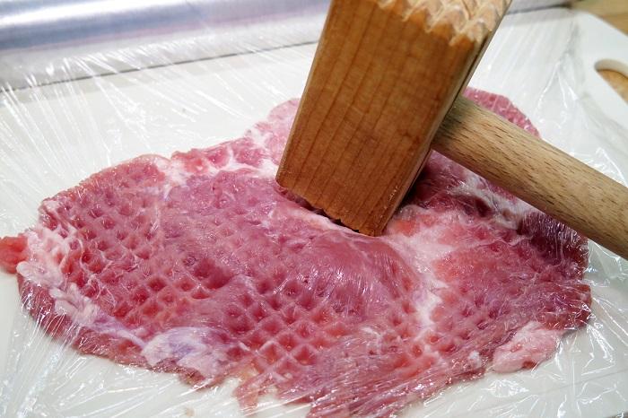 Перед отбиванием мясо нужно завернуть в пищевую пленку. / Фото: belkino.livejournal.com