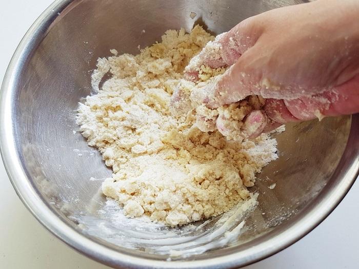 Перетрите муку с солью и маслом в крошку. / Фото: vkusnoisrael.com