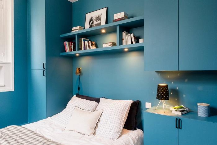 Голубые шкафы сливаются со стенами в тон. / Фото: design-homes.ru