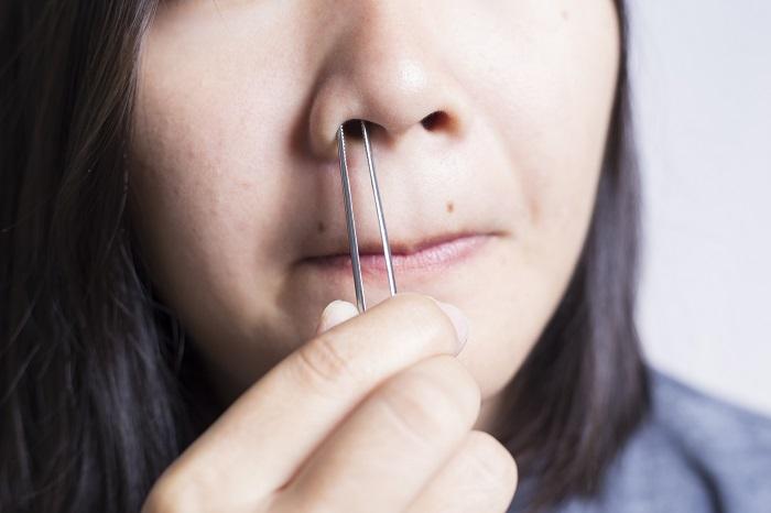 Волосы из носа нельзя выдергивать, так как они выполняют роль защитного барьера. / Фото: beautyhouse7.ru