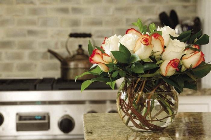 Букет цветов делает интерьер живым и уютным