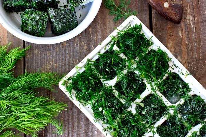 Разложите зелень в ячейки формы для льда. / Фото: lifehack365.ru