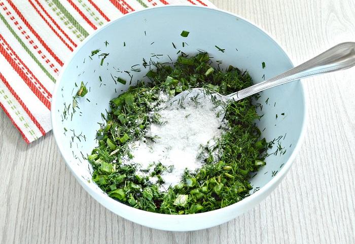 Перемешайте зелень с солью. / Фото: photorecept.ru