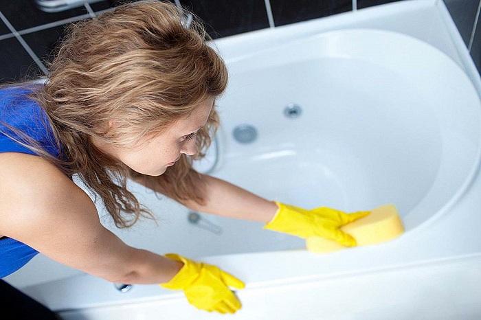 Ванна не будет нуждаться в регулярной чистке, если ополаскивать ее после купания. / Фото: kakprosto.ru