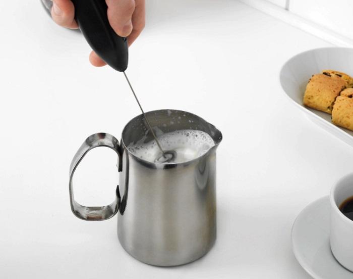 Капучинатор взбивает молоко до устойчивой пены. / Фото: posudaguide.ru