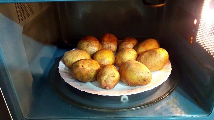 Перед духовкой отправьте картофель в микроволновку. / Фото: unipack-ug.ru
