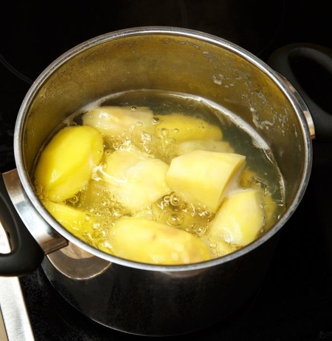 Если варить картофель без крышки, в нем не останется витаминов. / Фото: dachnyedela.ru